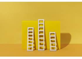 梯子安排有黄色背景_12975151