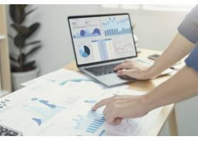 工作在金融和会计的商人分析财务图预算和计_16068251