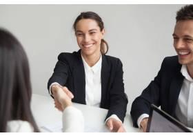 微笑的女性hr握手女实业家在小组会议或访谈_3952595