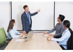 愉快的企业教练咨询队在会议室里_1022690