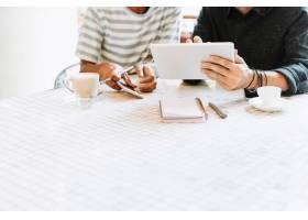 同事谈论在一个桌上的工作与设计空间_15667748
