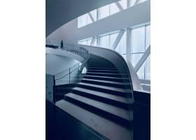 一条现代楼梯的垂直的射击在一个美丽的白色_9184559