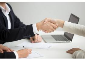 HR握手成功候选人被聘用在新的工作特写镜_3952580