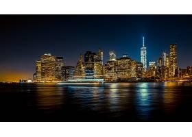 一个都市城市的美好的宽射击在与小船的晚上_7553931