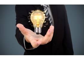 与一个电灯泡的商人在他的手上_985237