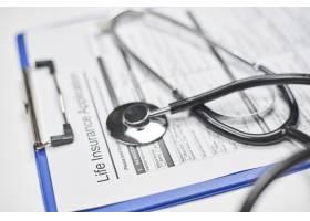 空白的人寿保险应用和听诊器_16225015