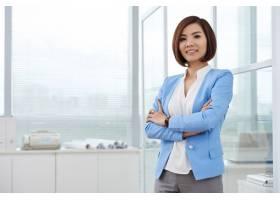 站立在有胳膊的办公室的亚裔女商人射击射击_5633843
