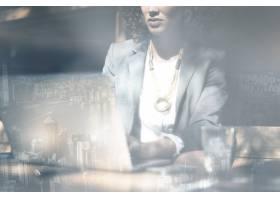工作在便携式计算机城市背景的女实业家_15601202
