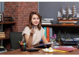 工作在办公室的俏丽的妇女正面图_16285210