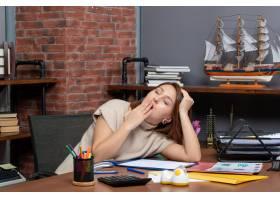 工作在办公室的打呵欠的妇女正面图_16285725