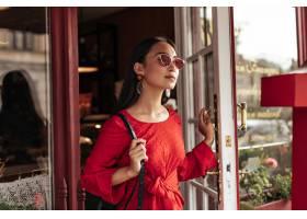 红色太阳镜和时尚明亮的礼服的长发深色女人_16083453