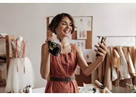 快乐的年轻黑发短发妇女在亚麻红色的衣服笑_15971014
