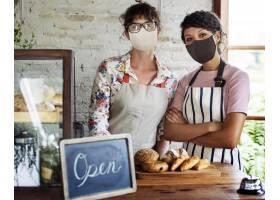 面包店开放后科迪德大流行新的正常工作人员_15474021