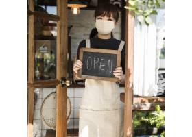 面罩的日本咖啡师妇女在咖啡馆_13463044