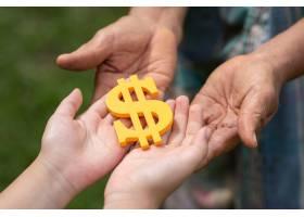 拿着美元的符号的人们_5598506