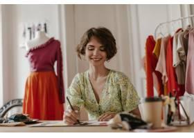 时尚的V领花礼服的可爱的年轻卷曲妇女真诚_15971046