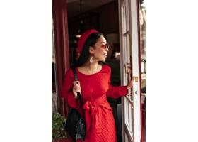 时尚的红色裙子时尚贝雷帽和太阳镜的快乐_16083441