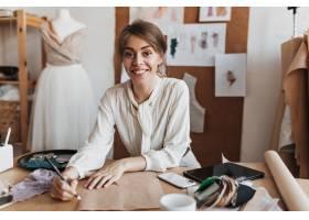 时髦的女衬衫画剪影的快乐的妇女_15970705