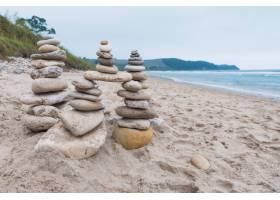 鹅卵石在海滩的平衡中堆叠在一起_13901608