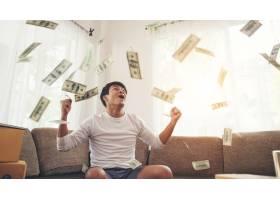 有飞行在家庭办公室的现金美元的愉快的人_3393366
