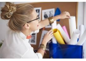到达纸卷的女性艺术家_15972942
