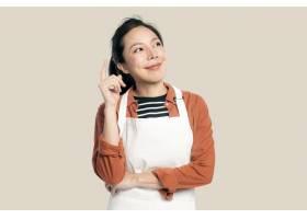 围裙的快乐的亚裔妇女_15669351