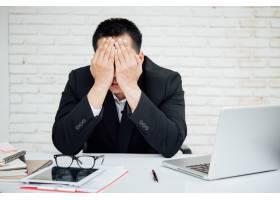 商人坐在办公室的不快乐的买卖人_3976121