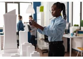 非洲裔美国妇女作为专业建筑师_16163741