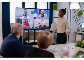 黑色经理妇女与远程同事谈话在视频通话的在_16095079