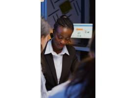 黑色非裔美国人经理头脑风暴公司想法检查管_15909760