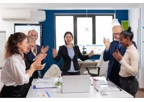 激进企业会议庆祝成功的兴奋多样化的企业队_16094578