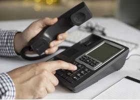 特写镜头商人拨电话号码_10887831