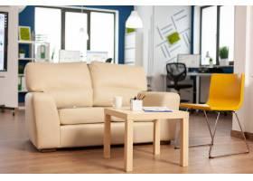 现代企业放松与舒适的长沙发和橙色椅子的区_16096376
