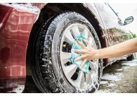 男子用洗发水洗车_3937739