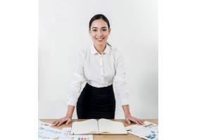 站立在书桌后的一名年轻女实业家的微笑的画_4157528