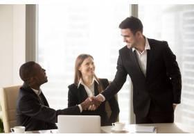 美国黑人和白种人快乐的商人握手_3955626