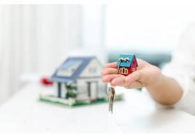 房地产经纪人与房子模型和钥匙_5519370