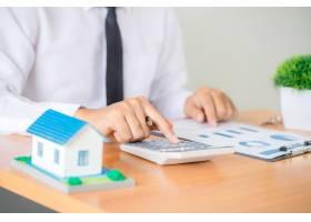房地产经纪人代理商提出并咨询客户以决策制_5218044