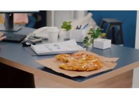 执行经理特写镜头拍的切片薄饼吃在计算机键_15854111