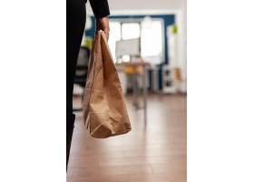 拿着与外带食物膳食命令的女实业家纸袋放置_15854163