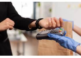 支付食物订单的女实业家特写镜头与使用pos_15854162