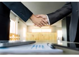 握手的两个确信的商人在办公室成功处理_1203183