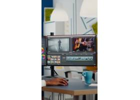摄像师穿上耳机编辑电影使用在创意启动机构_15853652