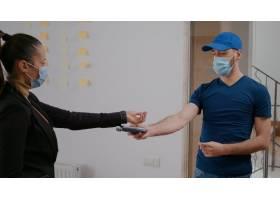 有保护面罩和手套的送货人在午餐时间提供外_15854102