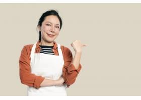 围裙的快乐的亚裔妇女_16018095