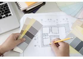 图形设计和颜色样本和钢笔在书桌上与工作_1235465