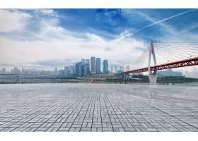 在城市地平线前面的大理石平台_1026576