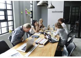 多样化的人在办公室工作_2894608