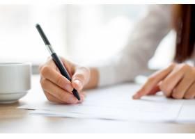 女实业家文字的手在纸在办公室_1022681