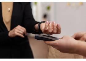 妇女企业家在建筑办公室使用非接触式支付的_15854159